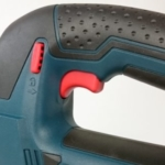 Foto von dem Ein-Aus-Schalter mit Verriegelung der Bosch GST 18 V-LI B Akku Stichsäge