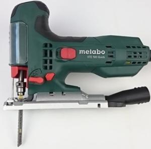 Foto von der Metabo STE 100 Stichsäge mit Sägeblatt und Absaugstutzen