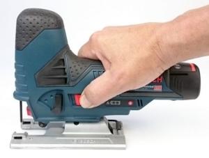 Die kompakte Bosch GST 12V-70 Professional in der Hand eines Mannes