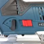 Foto vom Pendelhubhebel und dem Ein/Aus-Schalter der Bosch GST 12V-70 Professional